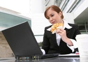Обед за компьютером ведет к лишнему весу