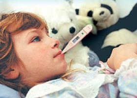 Ребенок перегрелся и меряет температуру