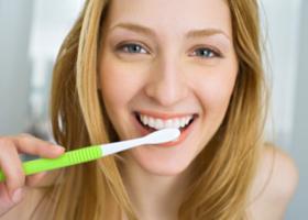 Зубные вкладки у девушки