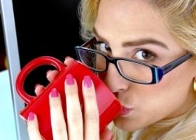 Офисным работникам полезен чай с медом и кофе