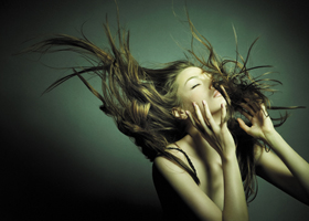 Красивые и здоровые волосы у девушки