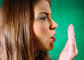 беспокоит запах изо рта