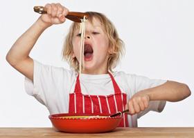 Детям лучше кушать из маленьких тарелок