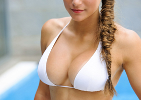 Не обвисшая грудь у девушки