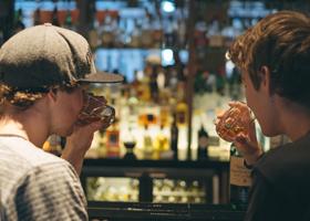 Употребление энергетических напитков и черепно-мозговые травмы у подростков взаимосвязаны?