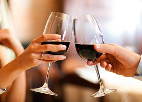 На потребление алкоголя влияет объем бокалов и семейное положение