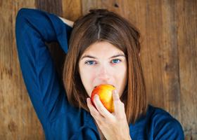 Потребление фруктов и овощей делает человека счастливее