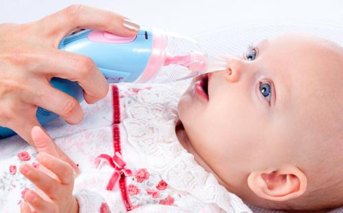 Назальный аспиратор для маленьких детей в действии