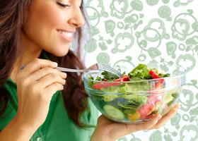 Ученые выяснили, почему женщины с ПМС едят больше