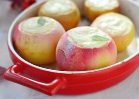 Печеные яблоки с творожной начинкой