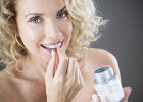 Женщинам рекомендуют регулярно пить фолиевую кислоту