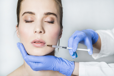 Введение гиалуроновой кислоты для коррекции губ