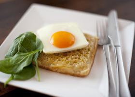 Завтрак нужно есть стоя и из квадратных тарелок