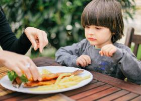 Рыбные блюда повышают интеллект у детей