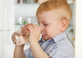 Какая вода полезнее - кипяченая или сырая?