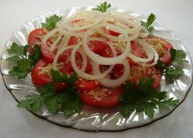 Орехово-чесночный салат с томатами