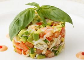 Салат с крабовыми палочками и авокадо