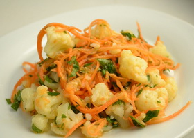Салат из цветной капусты, моркови и брокколи