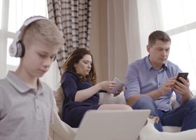 Родительское увлечение гаджетами плохо влияет на детей