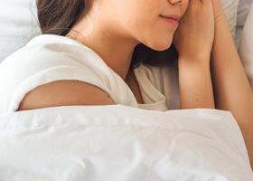 От храпа избавит правильная поза во время сна