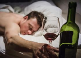 Ученые рассказали, чем вреден алкоголь перед сном