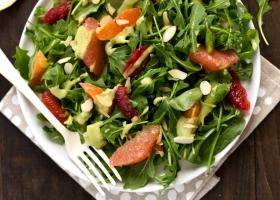 Зеленый салат с авокадо и цитрусовыми