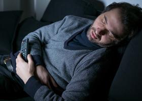 Сон с включенным телевизором может привести к ожирению
