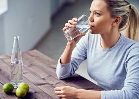 Ученые рассказали, стоит ли пить воду во время еды