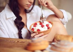 Потребление творога по вечерам поможет похудеть