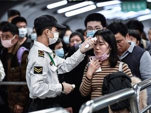 Проверка температуры в метро города Ухань