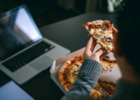 Диетологи рассказали, чего нельзя есть на ночь