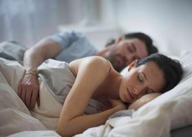 Спать вместе с партнером полезно для здоровья
