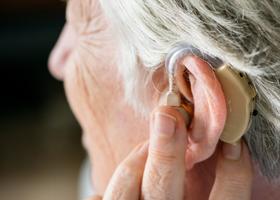 Проблемы со слухом могут быть признаком старческого слабоумия